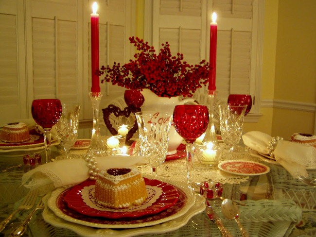 Romantic Valentine's Day Tablescapes Table Settings with Heart ...