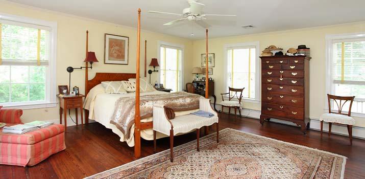 Bedroom in beautiful historic home in Virginina