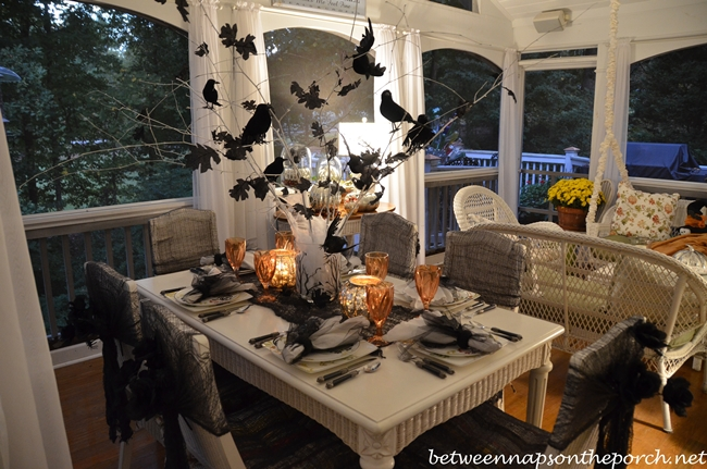 Halloween table setting tablescape with raven crow centerpiece - Decoration de table halloween ...