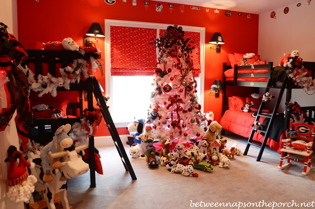 Tour a victorian home decorated for christmas for Georgia bulldog bedroom ideas