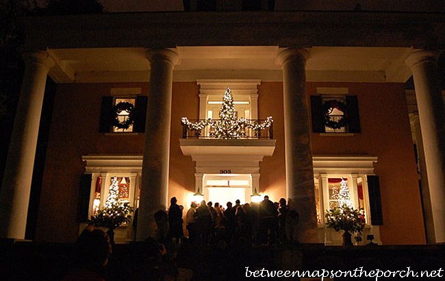 Christmas decorating ideas for porches doors and windows for Decorating a small balcony for christmas