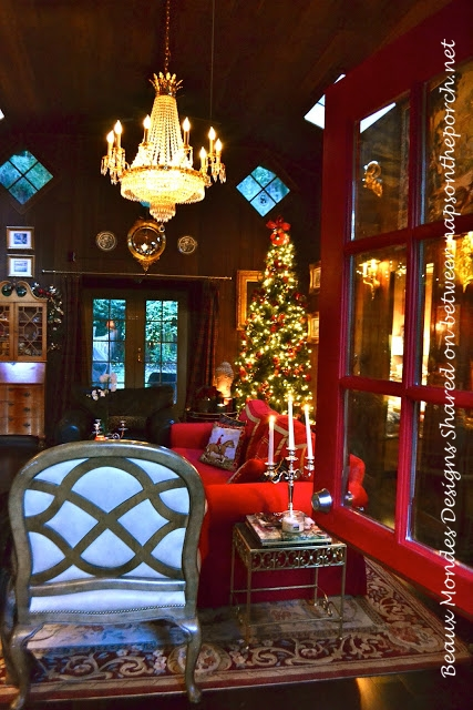 Cabin-Lodge-Living-Room-Decorated for Christmas