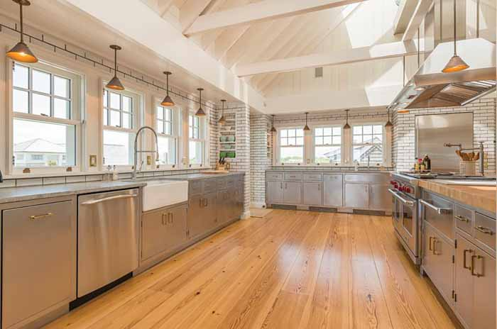 Billy joel 39 s beach house with amazing chef 39 s kitchen butler 39 - Cuisine bois et inox ...
