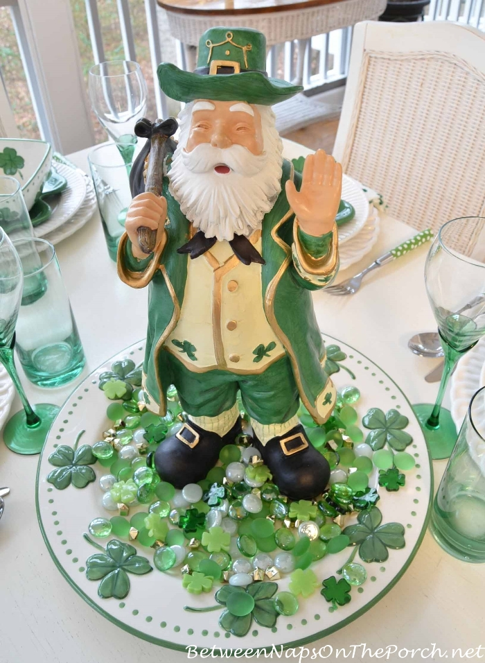 St patrick 39 s day table setting and decorations for Shamrock decorations home