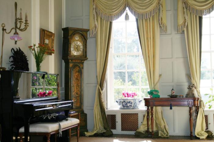 Tour Byfleet Manor, Home of Dowager Countess Lady Violet