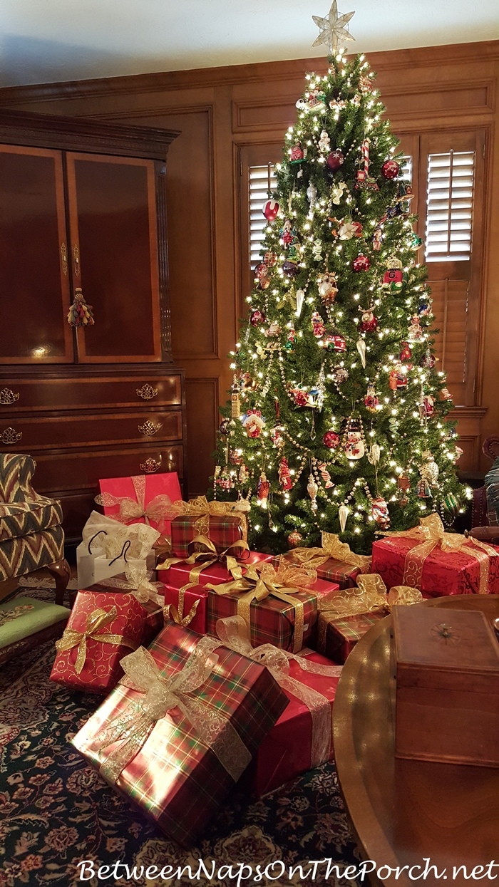 traditional christmas decorating in red and green with. Black Bedroom Furniture Sets. Home Design Ideas
