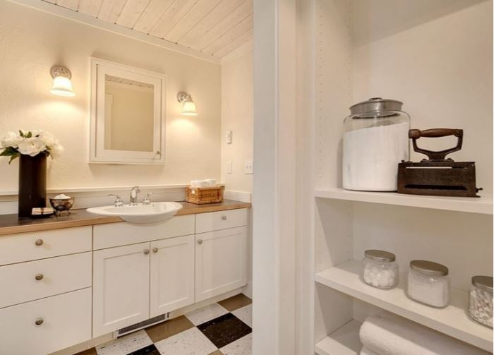 Cottage Bath With Open Shelving