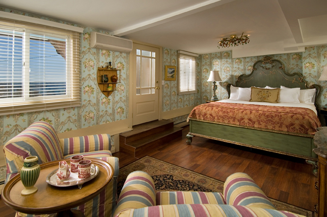 The Gull Hill Room at Lands End Inn