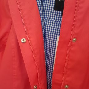 Stylish raincoat with check print lining