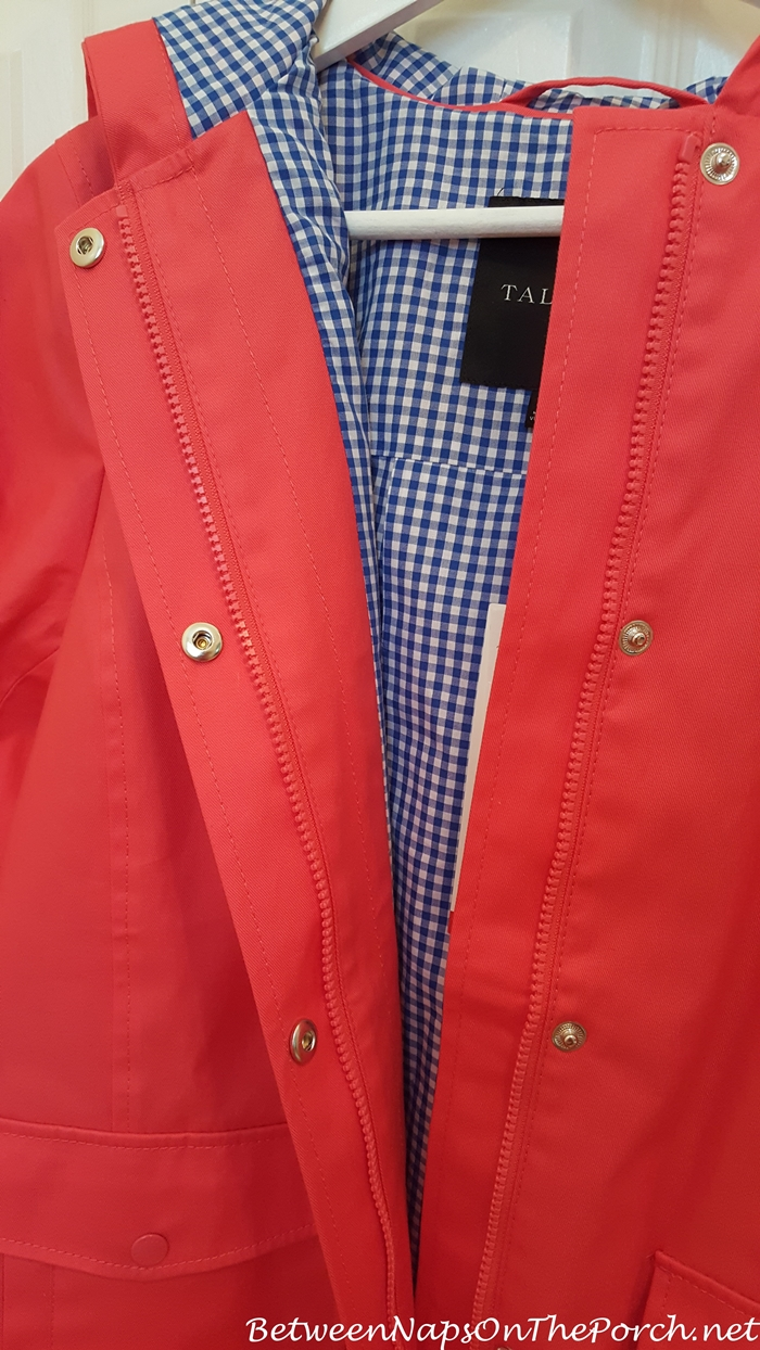 Stylish raincoat with check print lining