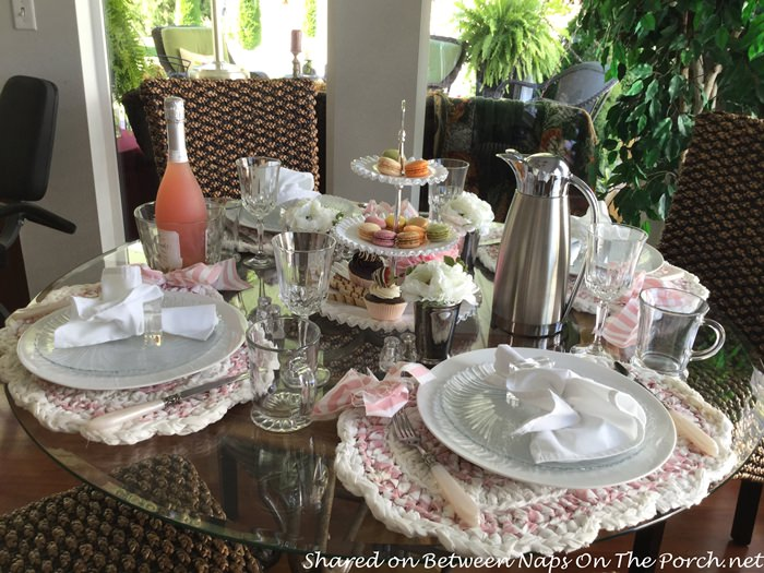 summer-table-with-macaroon-centerpiece