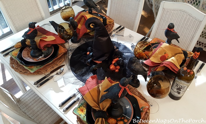 halloween-table-setting-with-witch-hat-centerpiece
