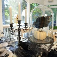 halloween-table-with-crow-pumpkin-centerpiece