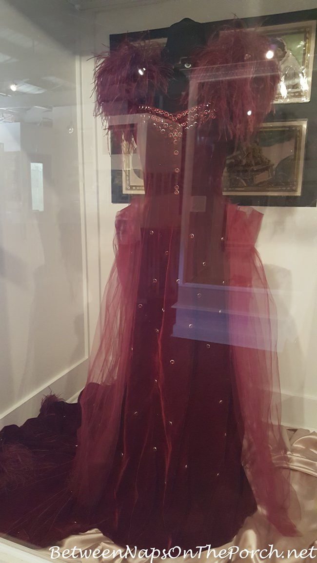 red-dress-scarlett-wears-in-gone-with-the-wind