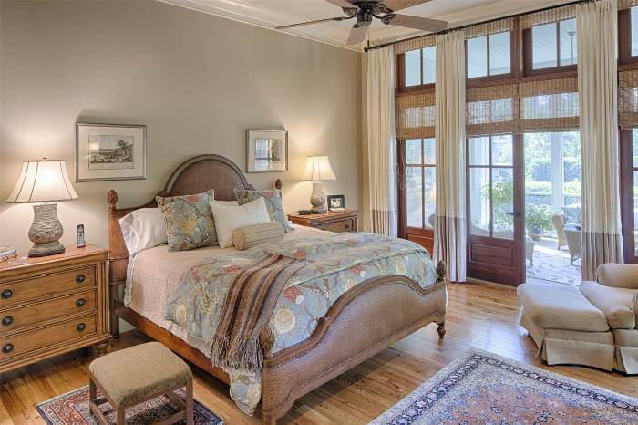 beautiful-bedroom-with-screened-porch