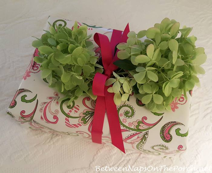 creative-present-wrapping-with-hydrangea-blossoms