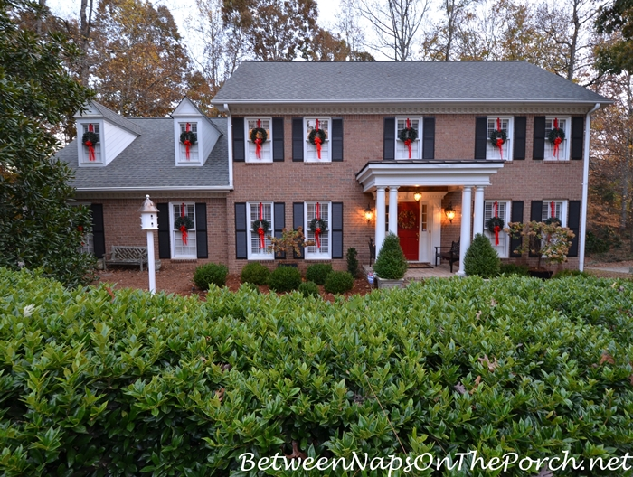 wreaths on exterior windows for christmas - How To Decorate A Ranch Style Home For Christmas