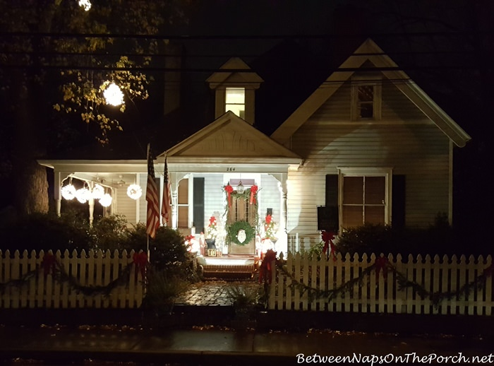 christmas-victorian-cottage-white-picket-fence