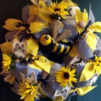 3 Adorable Bee-Themed Wreaths for Spring
