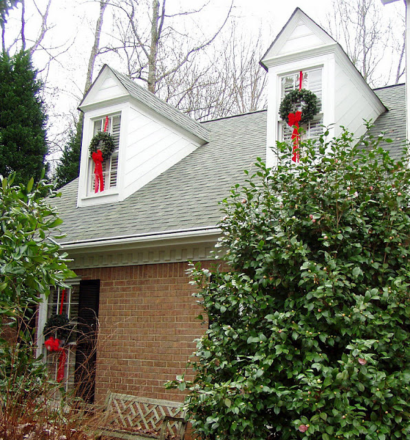 How To Decorate The Outside Of Your House For Christmas: How To Hang Wreaths On Outside Exterior Windows