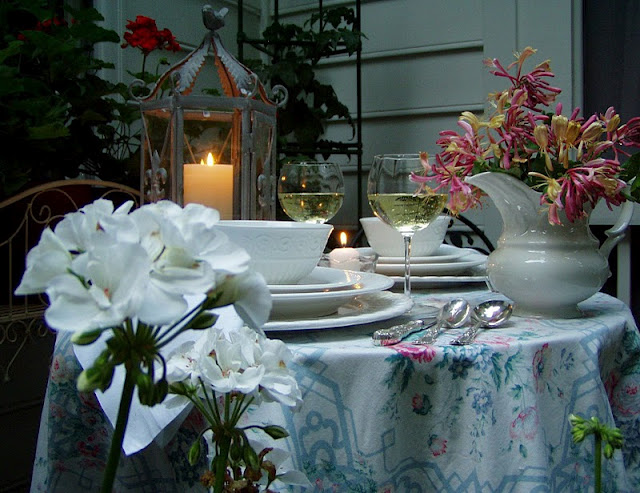 Welcome to the 150th tablescape thursday - Interesting tables capes for christmas providing cozy gathering space ...