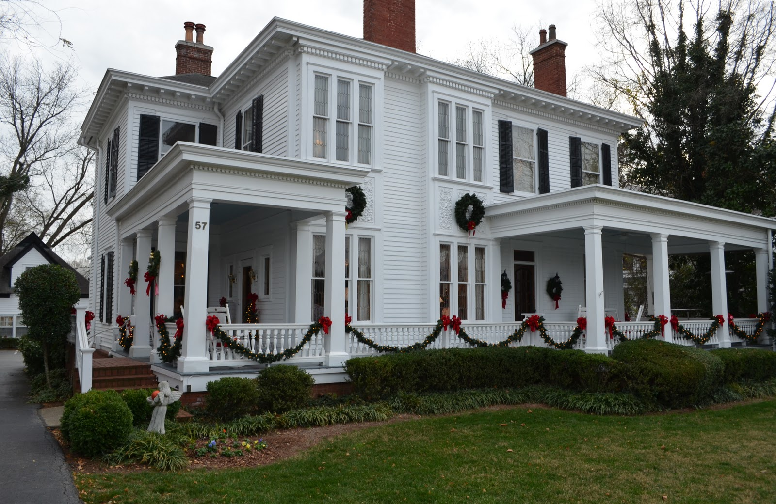 A christmas tour of historic homes in marietta georgia for Homes decorated for christmas on the inside