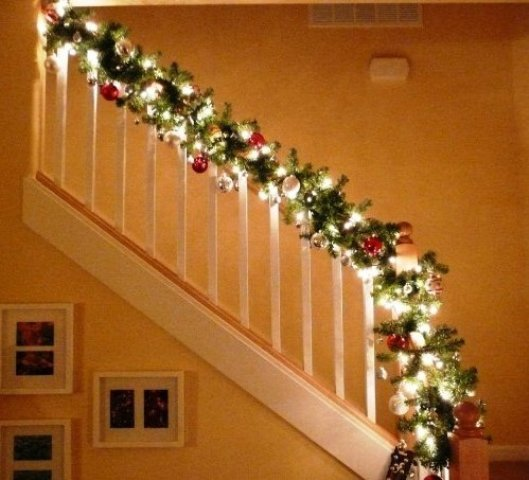 Stairway banister decorated for christmas for Christmas decorations indoor