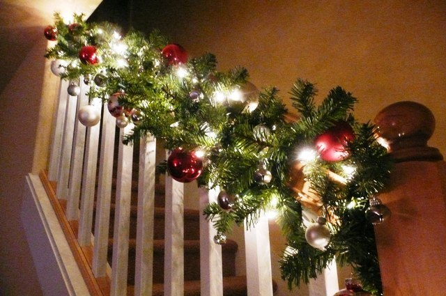 Stairway banister decorated for christmas for Christmas decorations stair rail