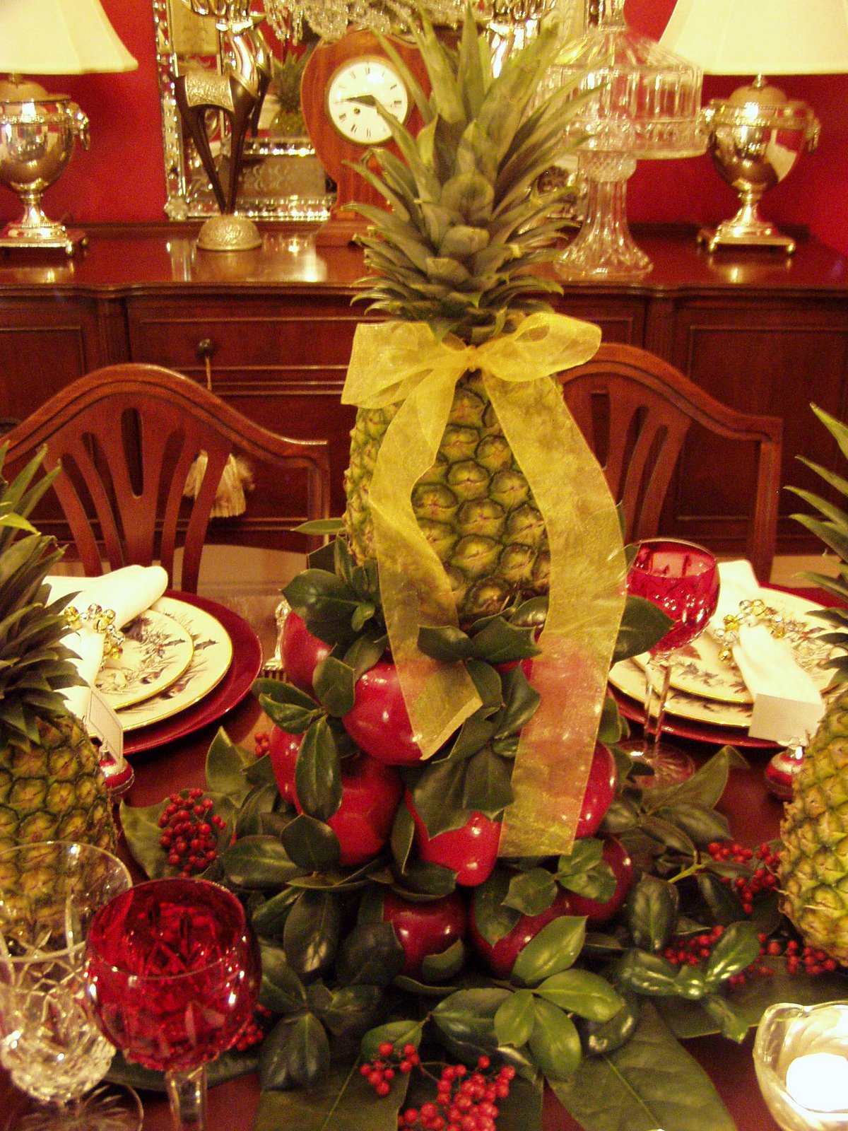 Colonial williamsburg christmas table setting with apple for Apples decoration