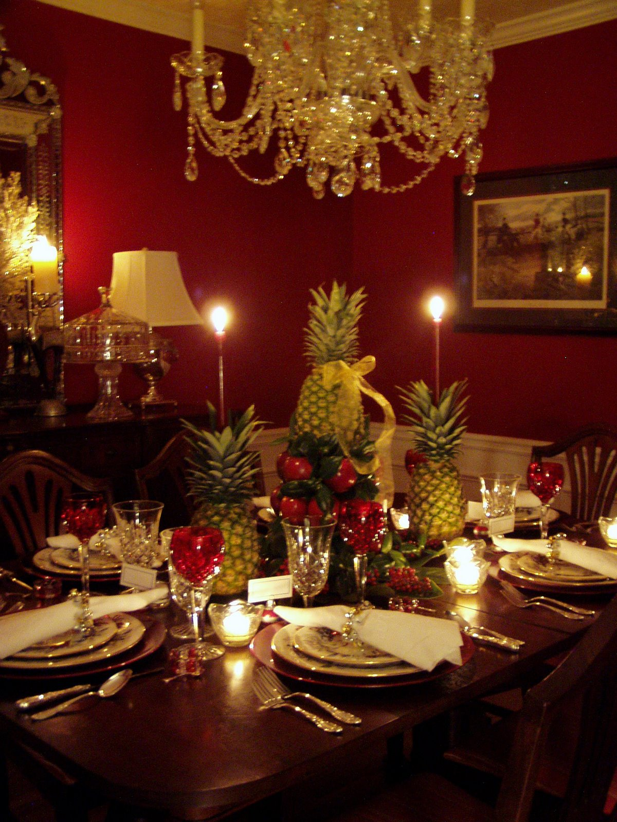 Colonial williamsburg christmas table setting with apple for Christmas dining room table decoration ideas