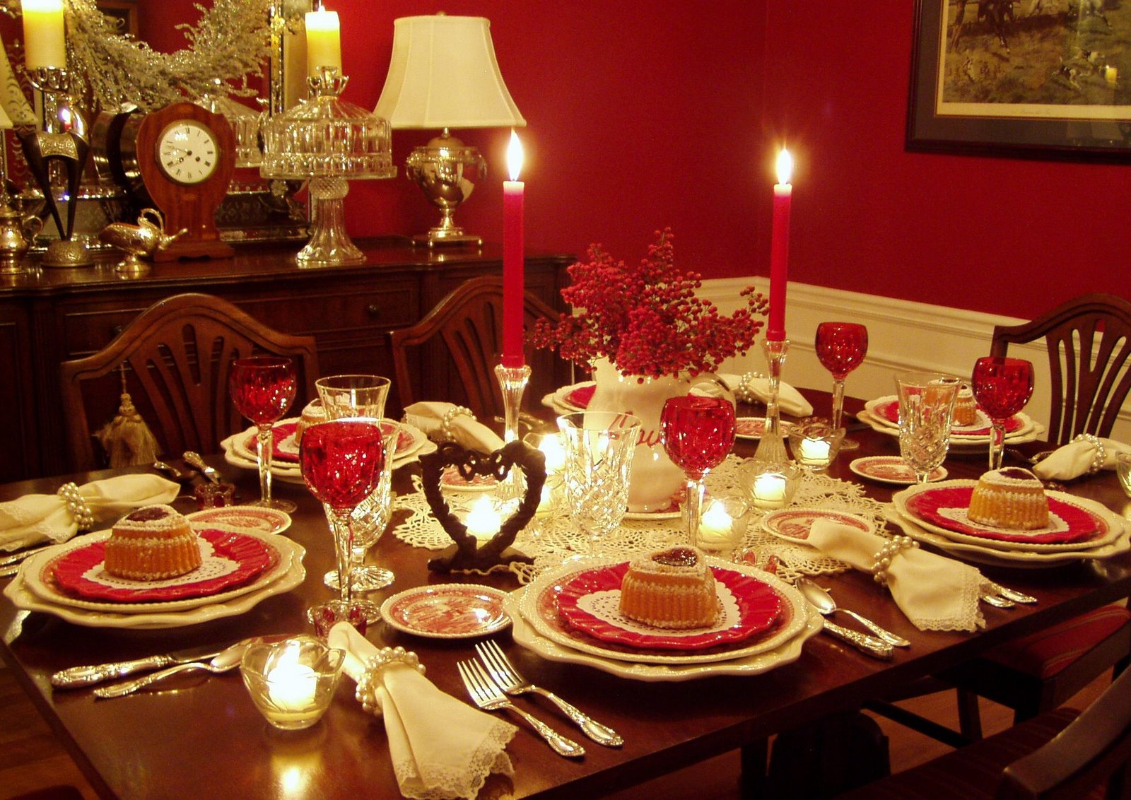 Romantic valentine s day tablescapes table settings with heart shaped cakes - Dining room table settings ...