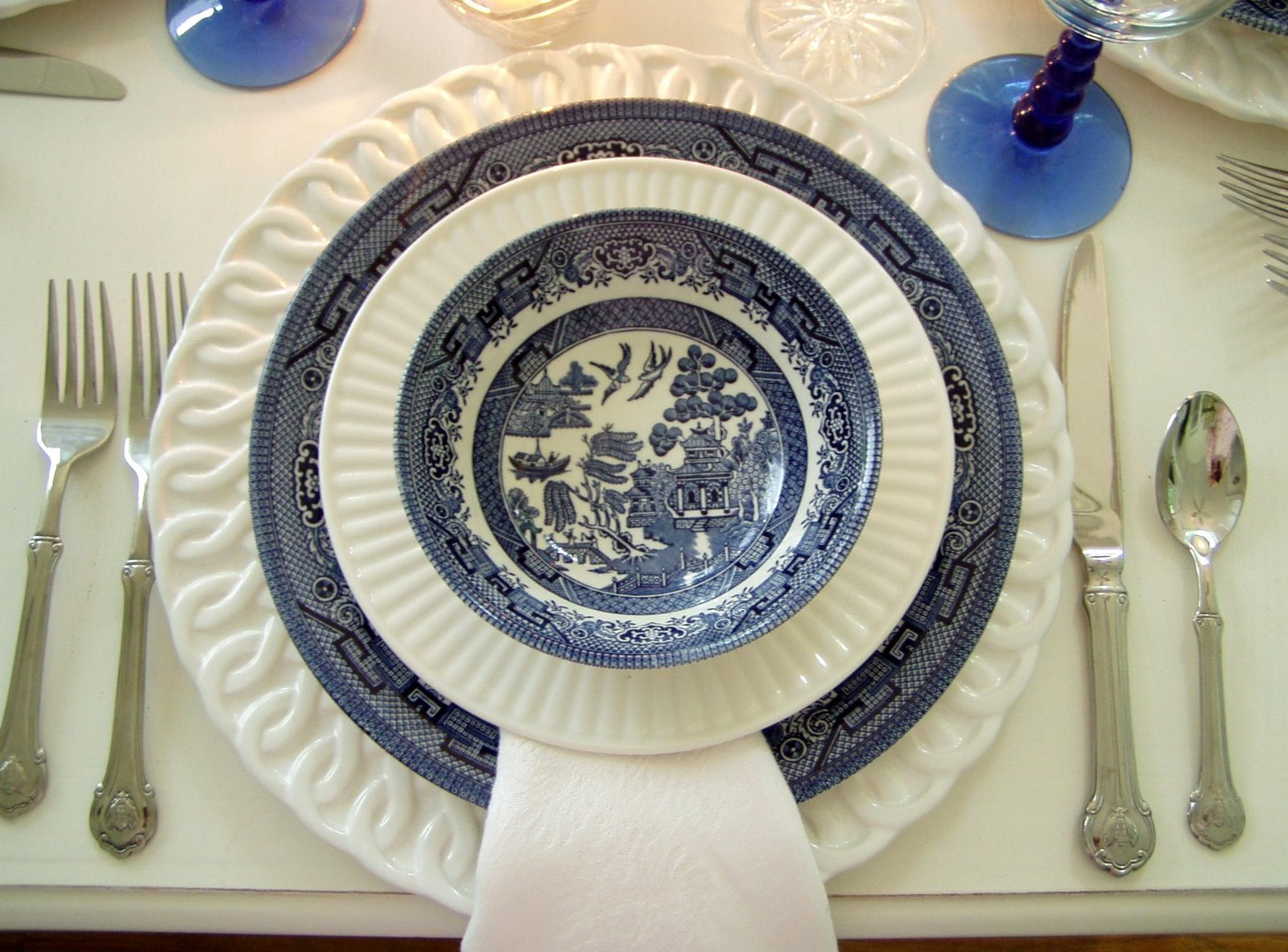 I\u0027m using my Churchill Blue Willow this evening\u2026 & Tablescaping With Blue Willow
