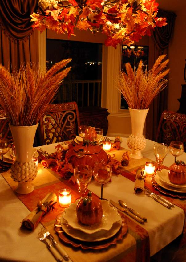 Beautiful wheat centerpiece with pumpkin tureens for Ideas table decorations thanksgiving dinner