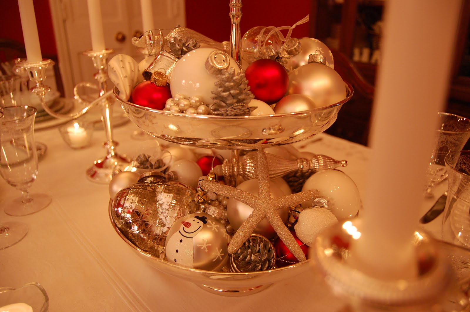 Christmas tablescape table setting with silver tiered - Preparar mesa navidad ...