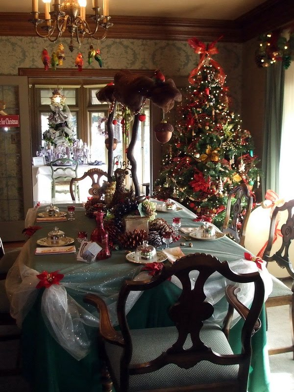 Ideas for decorating for christmas for Decorating old homes pictures