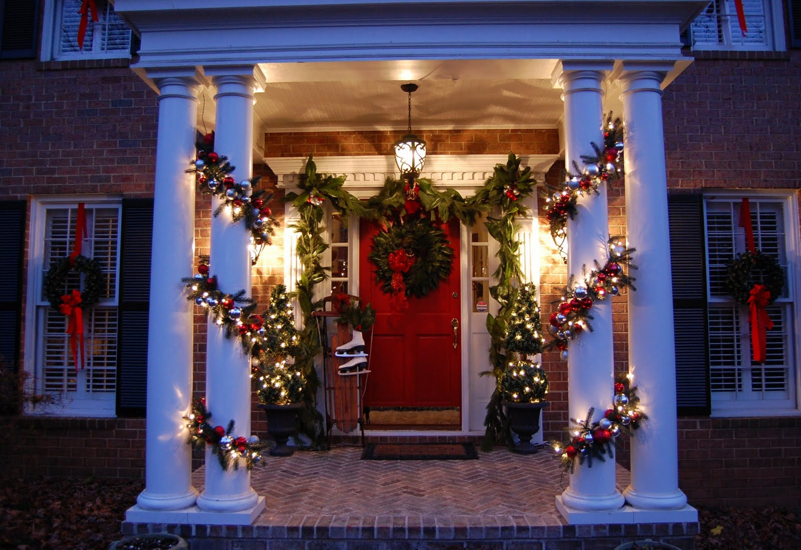 How To Decorate Outdoor Christmas Garland - Decorating for christmas with magnolia and pine