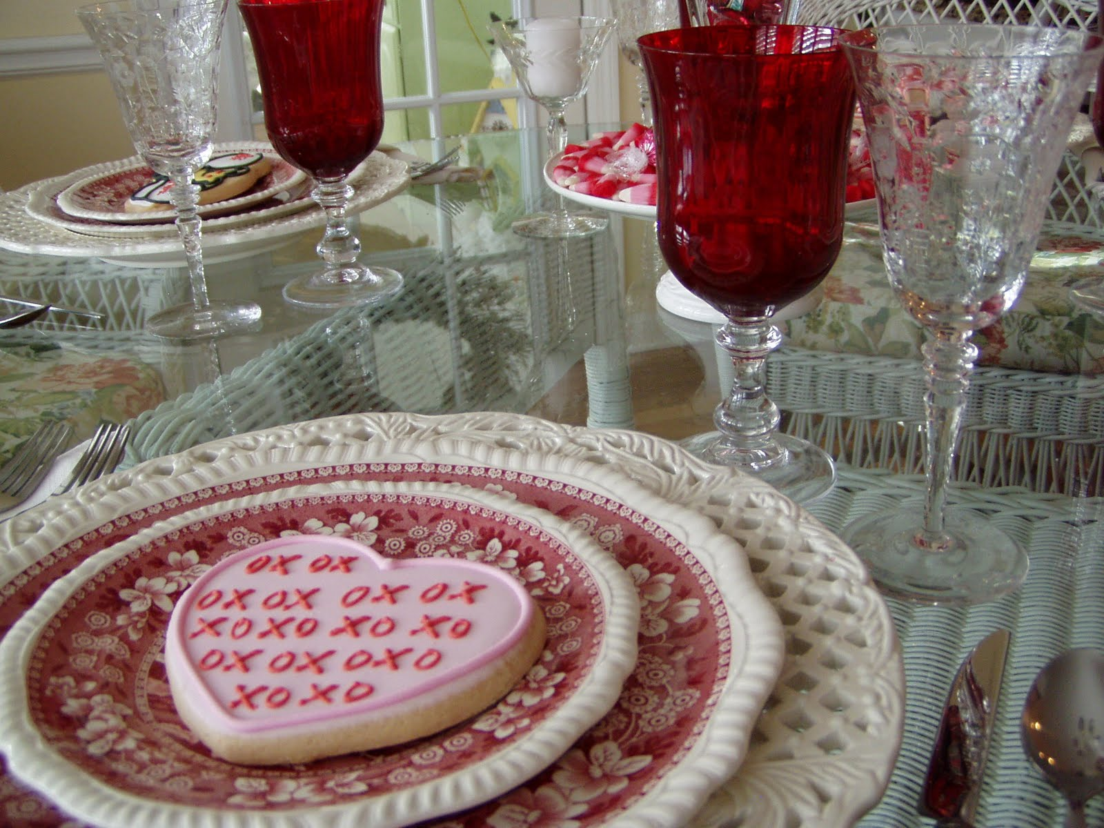 valentine 39 s day tablescape table setting with diy candy bar sundae