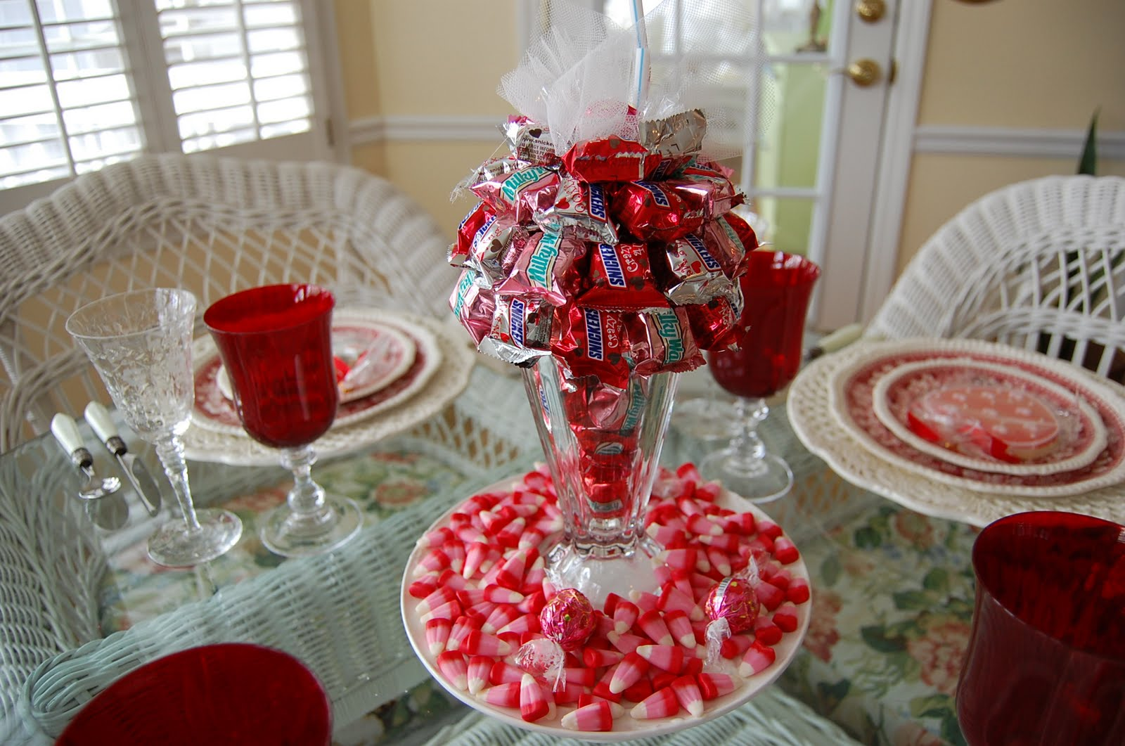 a valentine s day tablescape table setting with diy candy bar sundae centerpiece. Black Bedroom Furniture Sets. Home Design Ideas